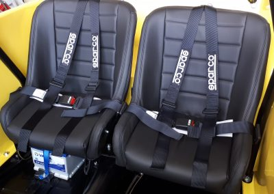 Rücksitze mit Hosenträgergurten